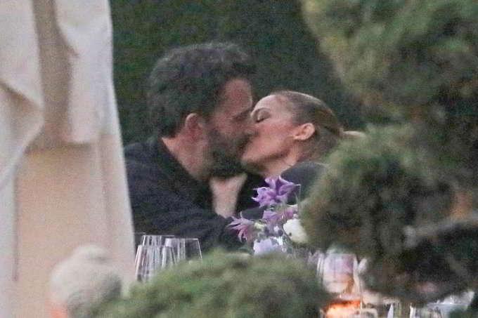 Jennifer Lopez e Ben Affleck confermano la loro storia: le foto del bacio