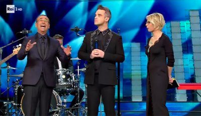 Sanremo Robbie Williams bacia la De Filippi