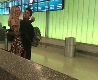 Chiara Ferragni travolge di baci Fedez in aereoporto