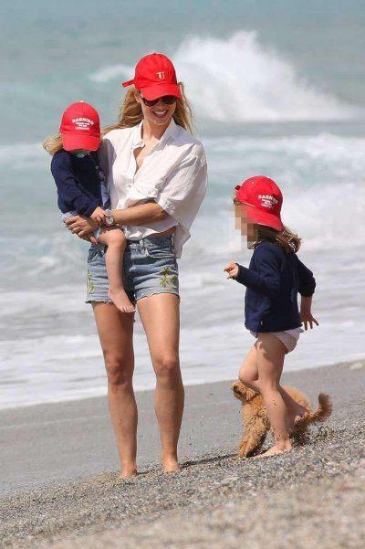 Michelle Hunziker fine settimana al mare con le figlie