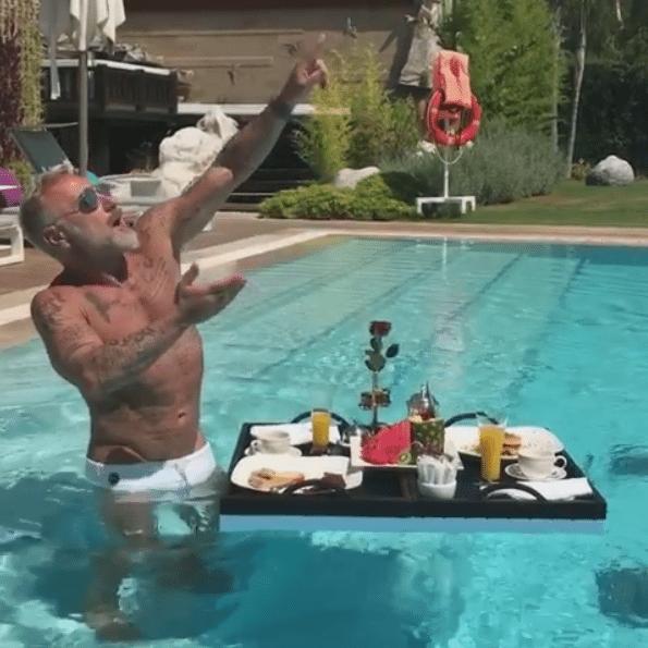 Gianluca Vacchi colazione da Vip in piscina