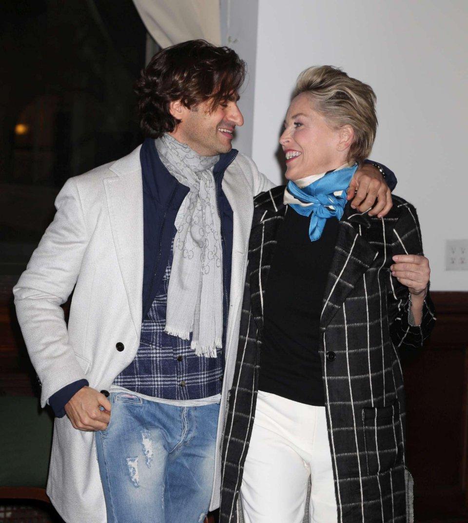 Sharon Stone in compagnia di un ragazzo misterioso