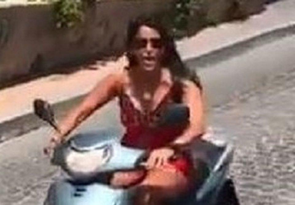 Aida Nizar incidente con la moto il video finisce in rete