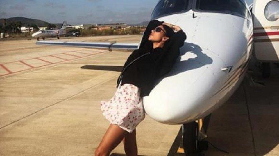 Belen la foto vicino il jet privato scatena il web
