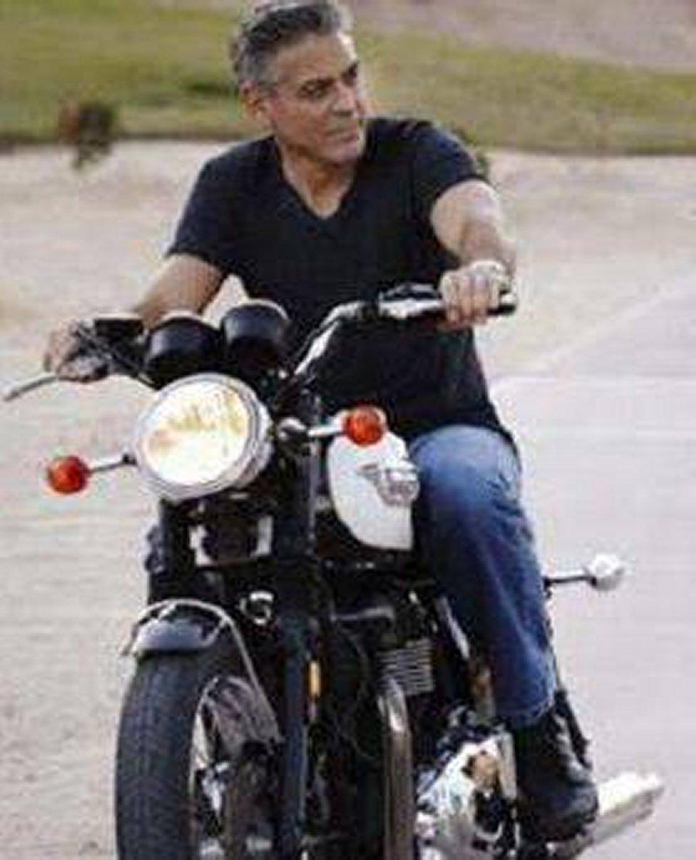 George Clooney vende la sua moto con il consiglio della moglie