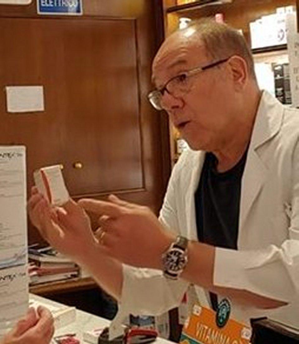Carlo Verdone si improvvisa farmacista per un giorno