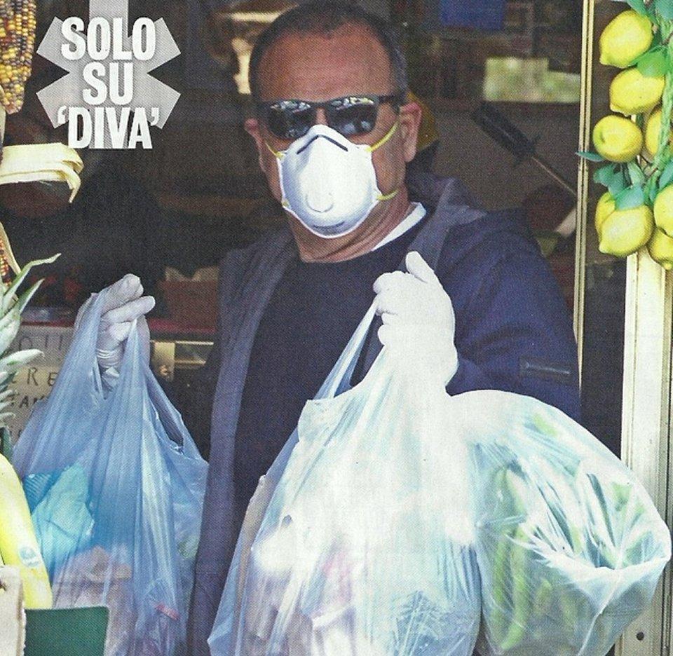 Carlo Conti in piena emergenza virus fa la spesa con guanti e mascherina