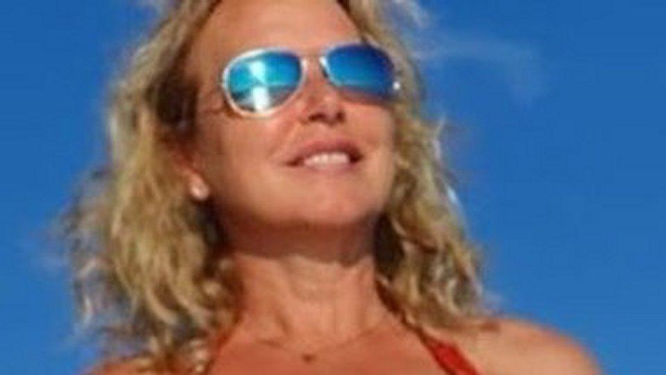 Monica Leofreddi appare in forma smagliante al mare