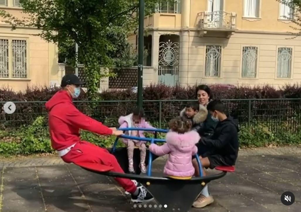 Cristiano Ronaldo sui giochi in compagnia dei figli ai giardinetti a Torino