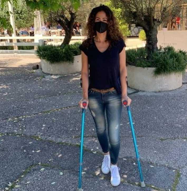 Samantha De Grenet sui social spunta una foto con le stampelle