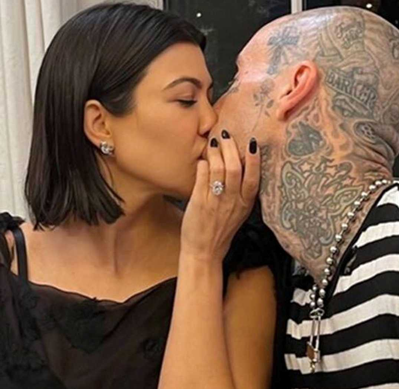Kourtney Kardashian e Travis Barker si sposano ecco quanto vale l'anello