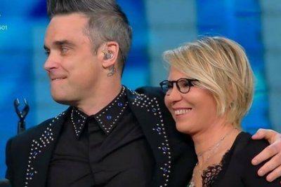 Sanremo Robbie Williams bacio a stampo con Maria De Filippi