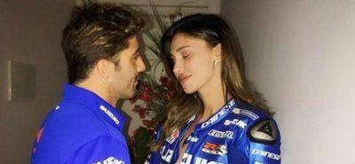 Andrea Iannone regala a Belen la tuta da pilota