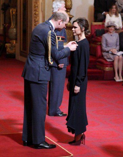 Victoria Beckham riceve l'Obe dal Principe William