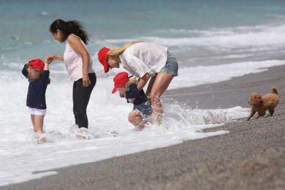 Michelle Hunziker al mare con le figlie a Varigotti