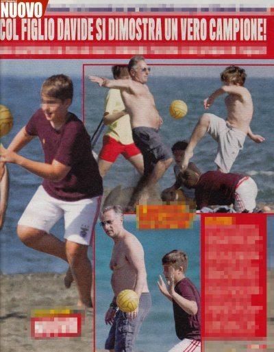 Paolo Bonolis giochi in spiaggia con il figlio