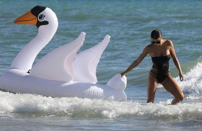 Claudia Galanti relax al mare con il figlio