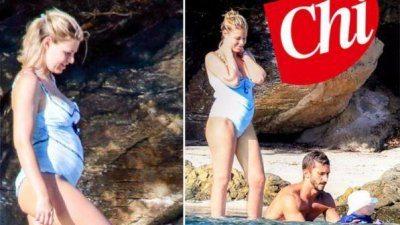 Barbara Berlusconi in costume spunta il pancione