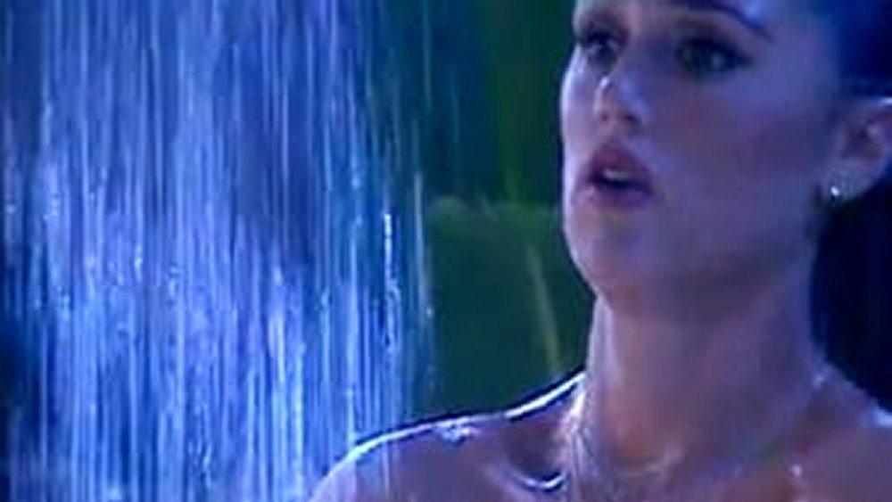 GF Vip Cecilia Rodriguez sotto la doccia il costume scivola giù