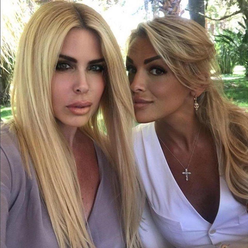 Loredana Lecciso selfie con Francesca Pascale in Sardegna