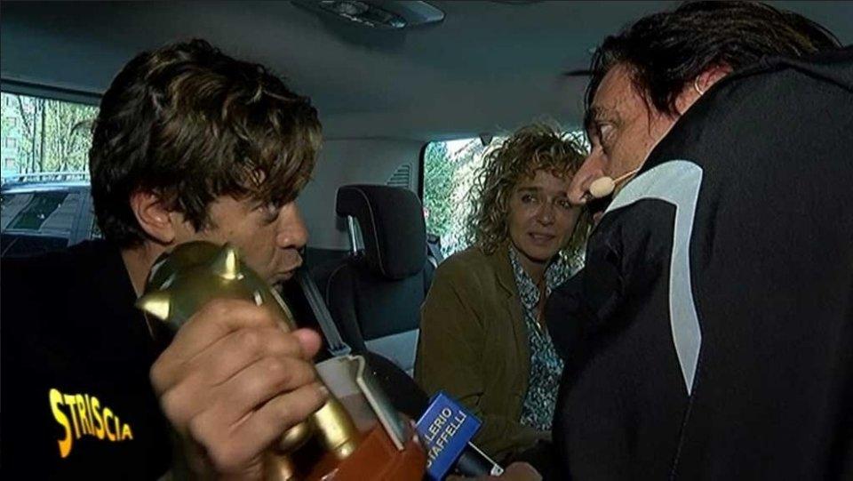 Riccardo Scamarcio riceve il tapiro dopo le dichiarazioni di Valeria Golino