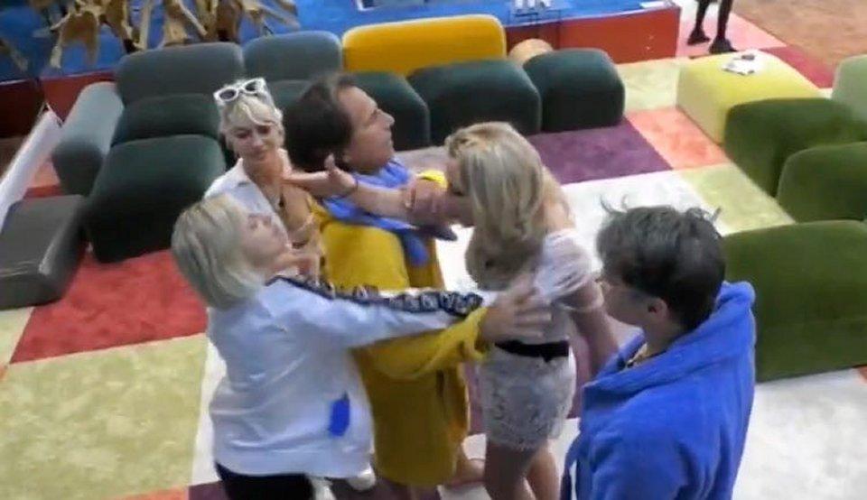 Gf Vip Antonella Elia mette le mani addosso a Valeria Marini