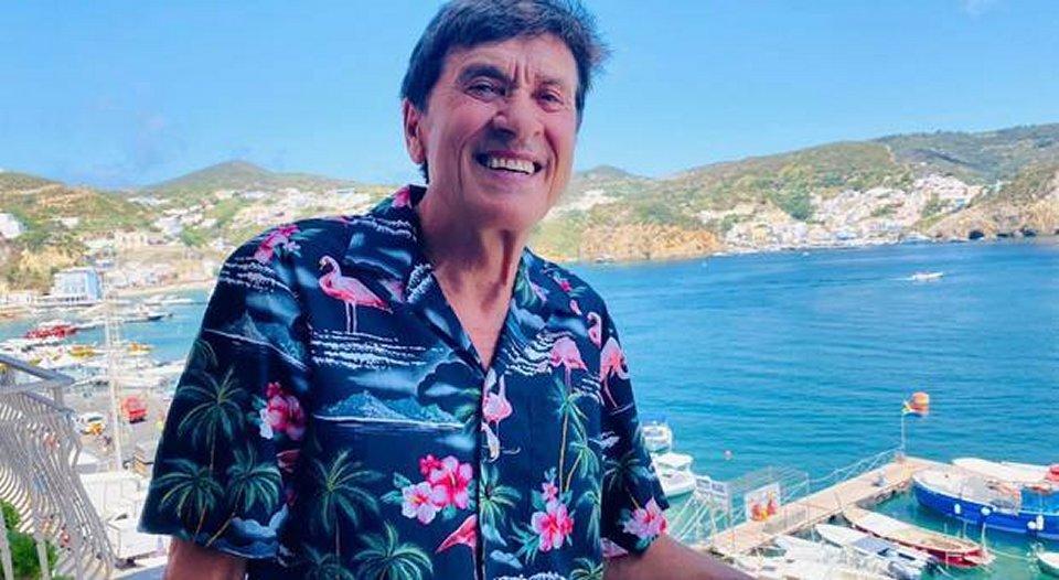 Gianni Morandi in vacanza al mare sull'isola di Ponza