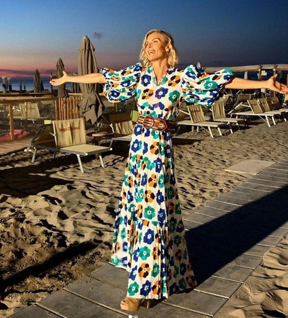 Martina Colombari compie 45 anni e fa festa in spiaggia a Riccione