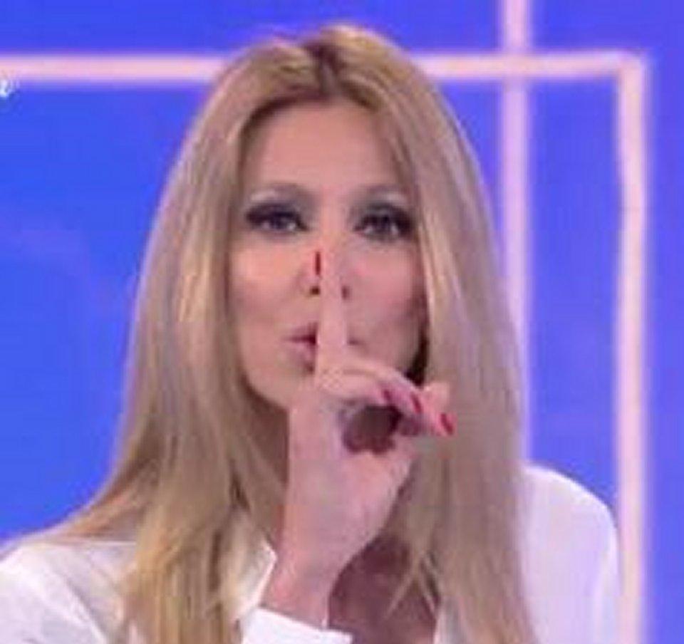 Adriana Volpe in diretta tv è contro Magalli con questo gesto non mi fai stare zitta