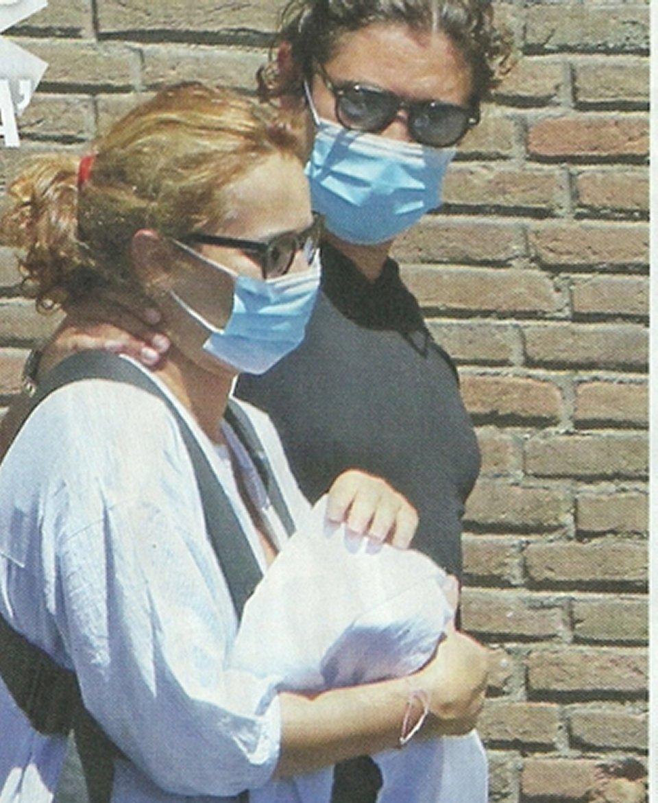 Riccardo Scamarcio paparazzato con la compagna Angharad e la loro figlia