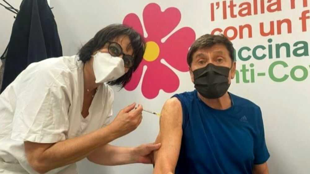 Gianni Morandi si è vaccinato contro il Covid e condivide lo scatto sui social