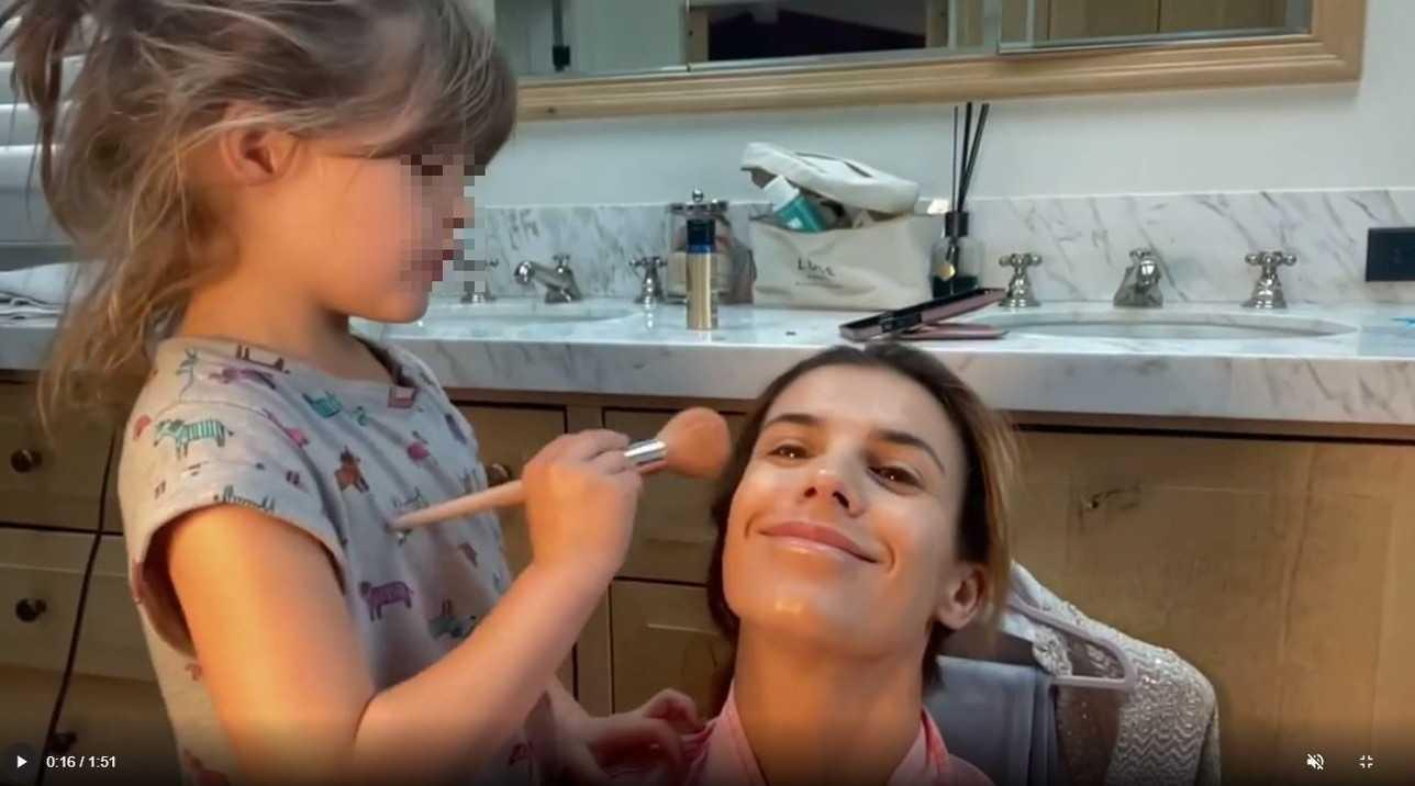 Elisabetta Canalis sessione di trucco in compagnia della figlia Skyler