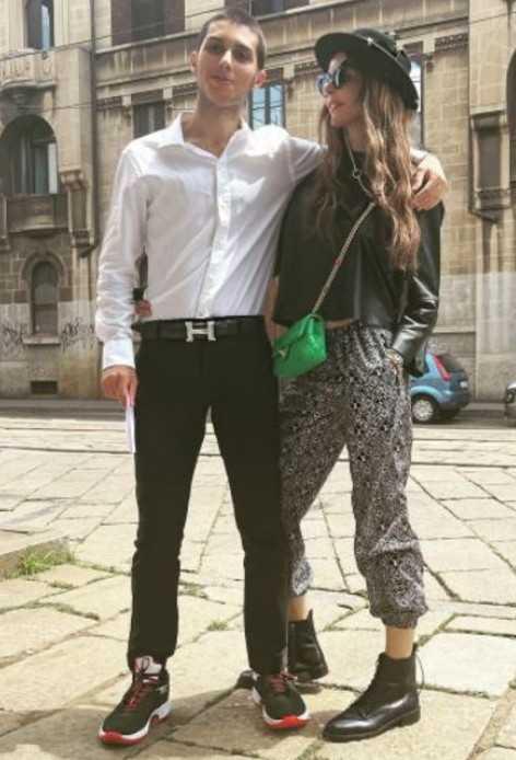 Carlos Corona ha fatto l'esame di maturità Nina Moric l'aspetta fuori il liceo