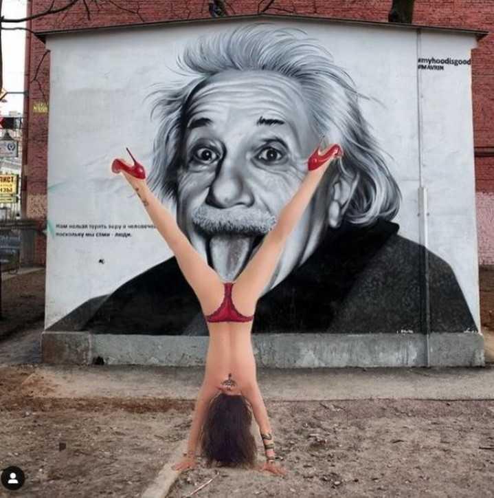 Naike Rivelli pose bollenti per celebrare lo Yoga Day