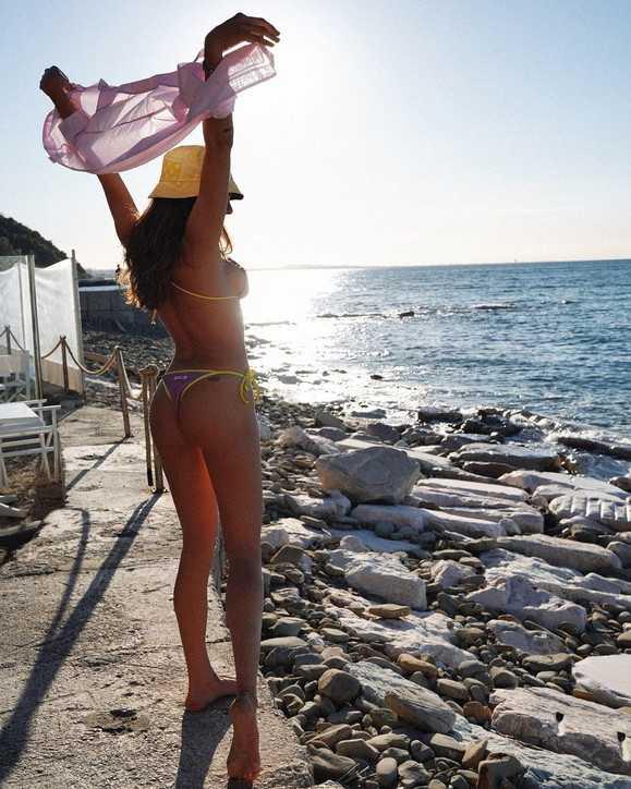 Francesca Sofia Novello al tramonto al mare sfoggia le sue curve