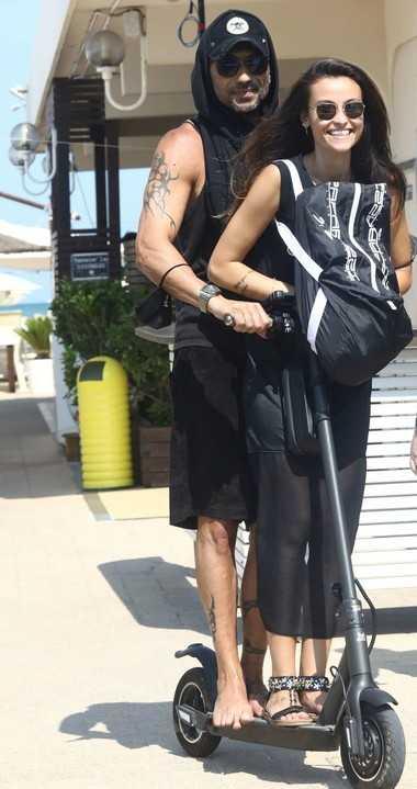 Costantino Vitagliano fotografato con il monopattino al mare con la fidanzata