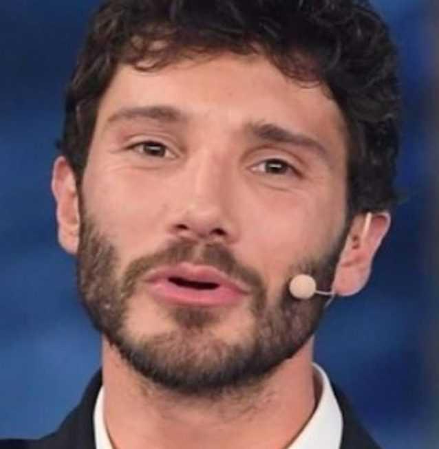 Stefano De Martino in love con una misteriosa ragazza napoletana l'ha conquistato