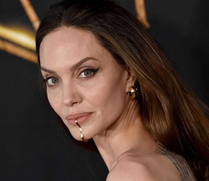 Angelina Jolie indossa il chin cuff sul mento ecco di cosa si tratta