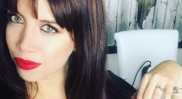 """Wanda Nara, mora su Instagram: """"Sono meglio così o bionda?"""". Boom di commenti"""