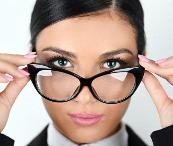 Occhiali? Ecco come truccarti per valorizzare il tuo viso