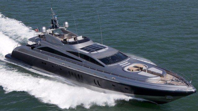 """Lo yacht """"Tenshi"""" arriva a Roccella Ionica, 46 metri di super lusso"""