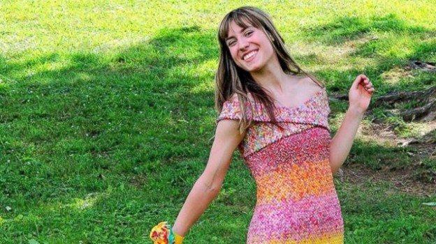 Ecco il vestito creato con 10.000 carte di caramelle