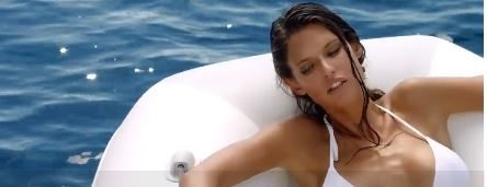 Bianca Balti super-sexy nello spot davanti ai Faraglioni di Capri