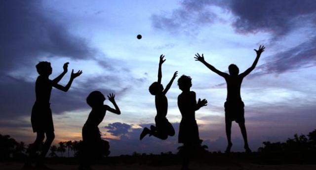 I bambini che non giocano all'aria aperta da grandi saranno dei frustati come i loro genitori
