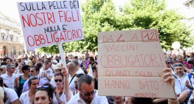 Qualche fesso la chiama ancora Democrazia - In migliaia in piazza contro il decreto vaccini, ma i Tg hanno avuto l'ordine perentorio di NON PARLARNE...!!