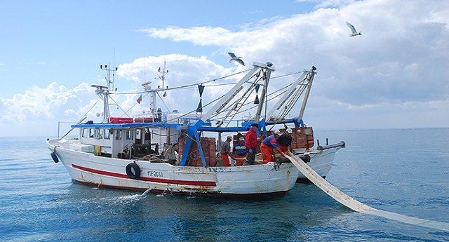 L'accusa dei Cinquestelle (sempre loro. Purtroppo solo loro): l'Unione Europea affama i pescatori siciliani.