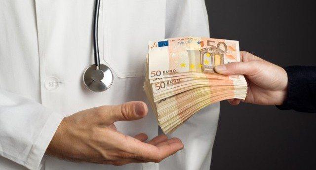"""Chi fornisce i 10 vaccini che la Lorenzin ha reso obbligatori? La Glaxo, quella che nel 2016 ha """"finanziato"""" con 13 milioni di euro Istituto Superiore Sanità, Ospedali, Asl, Università, medici e pediatri... C'è bisogno di aggiungere altro?"""