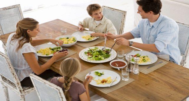 A tavola con lentezza: perché mangiare con calma fa bene alla salute
