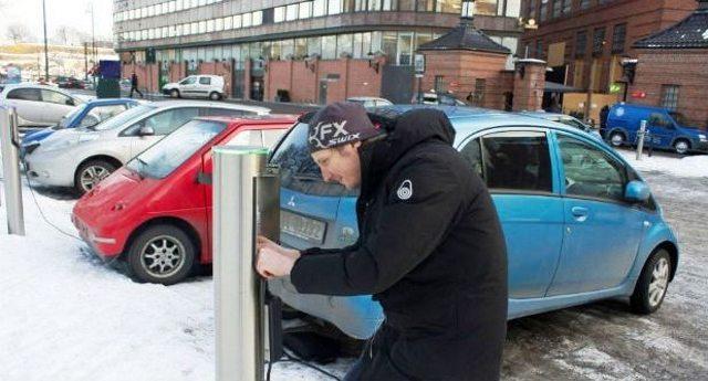 In Norvegia ormai si vendono più auto elettriche che tradizionali auto benzina o diesel. Sono 30 anni avanti a noi, che brancoliamo nel medio evo del petrolio per fa arricchire le lobby...!