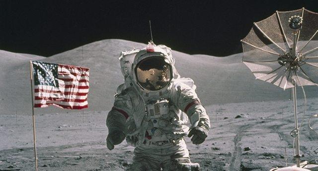 """La più grande Fake News della storia - L'uomo non ha mai messo piede sulla luna. Ad affermarlo non sono i soliti """"complottisti"""", ma i più grandi fotografi del mondo da Oliviero Toscani a Peter Lindbergh esaminando le foto della Nasa...!"""